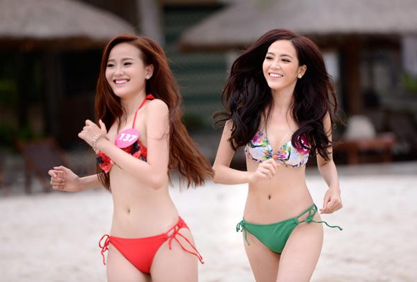 Nhiều thí sinh cho biết rất hào hứng với hoạt động vui chơi, sinh hoạt tại bãi biển bơi từ lâu vẻ đẹp của vịnh biển Nha Trang đã nổi tiếng khắp thế giới. Đây là sự trải nghiệm thú vị mà các người đẹp cảm thấy thích thú.