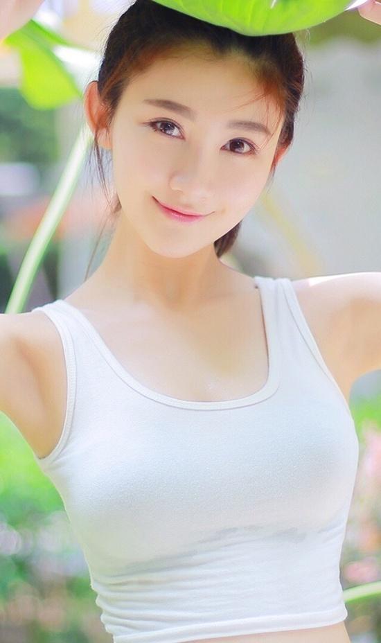 Cô bạn Lâm Thấm Viên -  nữ sinh trường Điện ảnh Hong Kong được ví như một hot girl mới nổi của xứ Hương Cảng nhờ vẻ đẹp trong veo. Đặc biệt, cô nàng