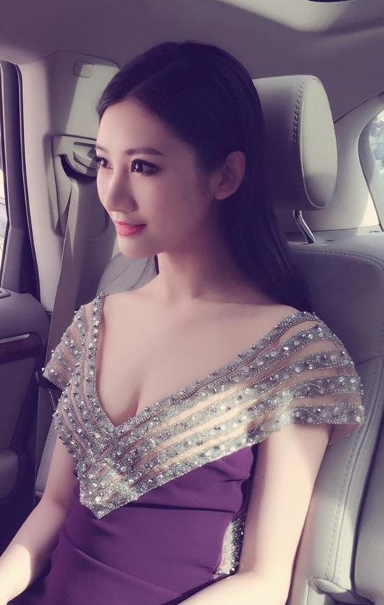 Cô nàng cũng tất bật với hàng loạt lời mời quảng cáo thời trang, dự event như một ngôi sao đích thực.