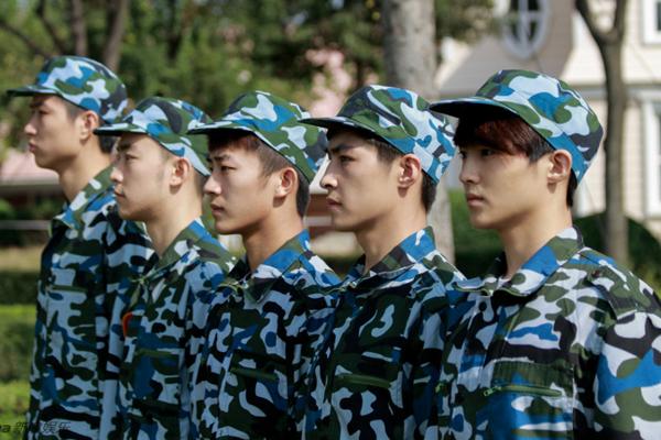 """Bên cạnh Học viện Điện ảnh Bắc Kinh, Học viện Hý kịch Thượng Hải cũng nổi tiếng   không kém trong top các trường """"đào tạo minh tinh"""" ở Trung Quốc. Mới đây, loạt   ảnh các tân sinh viên Học viện Hý kịch Thượng Hải trong kỳ học quân sự đầu năm   khiến cộng đồng mạng nước này xôn xao vì hội tụ toàn gương mặt ăn hình."""