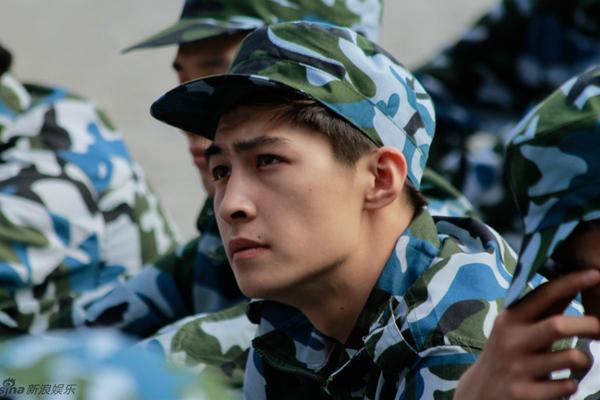 Theo Sina, đây là các tân sinh viên được lựa chọn tham gia ghi hình chương trình   Năm nhất đại học của đài Hồ Nam. Các nam sinh có chiều cao trung bình trên 1m80,   đều có ngoại hình ưa nhìn.