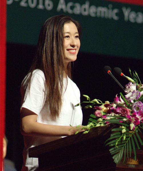 """Bên cạnh các """"soái ca"""", Học viện Hý kịch Thượng Hải cũng tụ tập nhiều gương mặt   xinh đẹp. Trong hình, nữ sinh đẹp chẳng kém minh tinh đại diện tân sinh viên phát   biểu trong lễ khai giảng."""