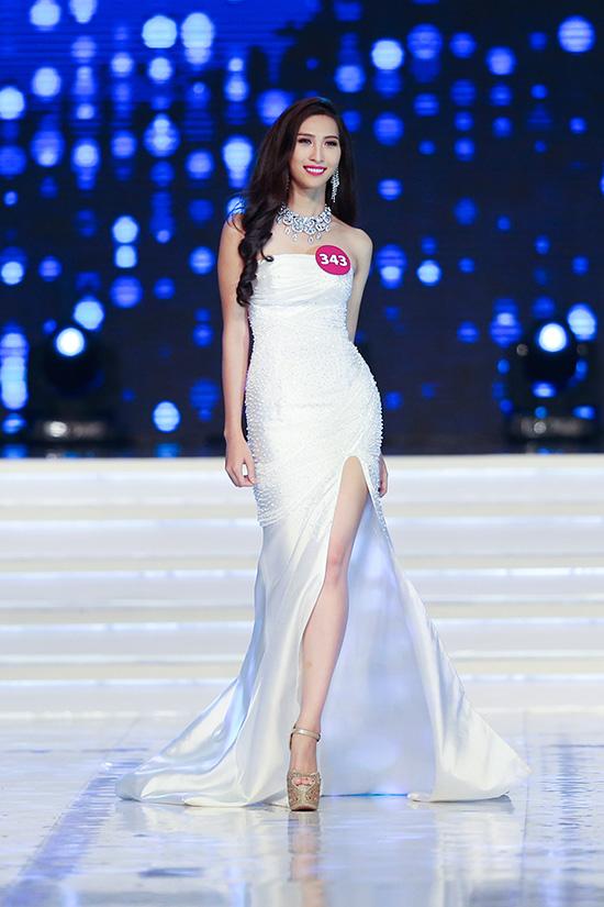 Với sự đầu tư kỹ lưỡng, chuyên nghiệp và bám sát cách tổ chức cuộc thi Hoa hậu Thế giới, đêm thi bán kết đã thật sự khiến gần 7000 khán giả tại sân khấu Hoàn Vũ hoàn toàn choáng ngợp bởi âm thanh, ánh sáng cùng những màn trình diễn nóng bỏng, lôi cuốn của các người đẹp.