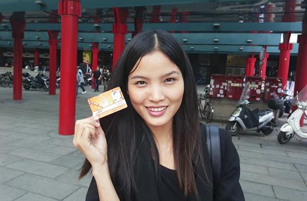 , bên cạnh đó, Chà Mi cũng làm quen với các phương tiện đi lại công cộng để bắt đầu chuỗi ngày làm việc liên tục tại thành phố mới.