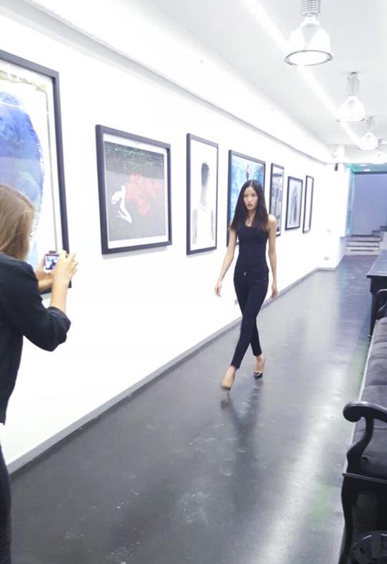 ngay sau khi đến Milan, đã bắt đầu làm việc với những buổi casting chuẩn bị cho tuần lễ thời trang sắp diễn ra, bên cạnh đó, Chà Mi cũng làm quen với các phương tiện đi lại công cộng để bắt đầu chuỗi ngày làm việc liên tục tại thành phố mới.