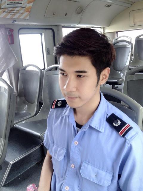 Gương mặt điển trai khiến chàng phụ lái xe buýt nhanh chóng nổi tiếng.