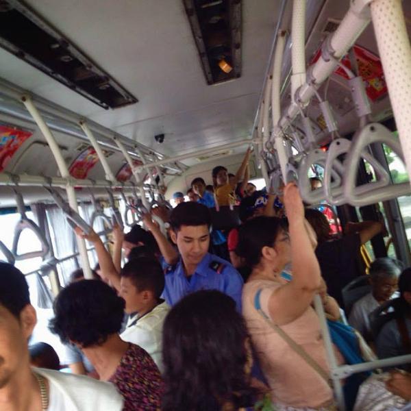 Anh chàng thường xuyên bị chụp lén trên xe buýt.