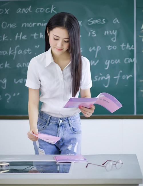 Cô giáo Đường Đinh Đinh, sinh năm 1993, thu hút hàng nghìn lượt like và chia sẻ   qua bộ ảnh đứng lớp nhân ngày nhà giáo 10/9 ở Trung Quốc. Hình ảnh cô giáo tiểu   học diện quần jeans, áo sơ mi trắng cắm thùng giản dị mà xinh đẹp nhận được rất   nhiều lời khen từ cộng đồng mạng.