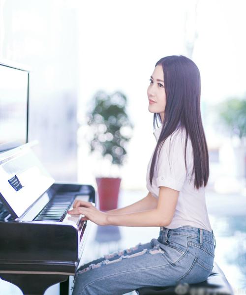 """Trang Sina đăng tải loạt ảnh trên lớp và ngoài đời của Đường Đinh Đinh và ca ngợi là   """"cô giáo tiểu học xinh đẹp nhất Trung Quốc""""."""