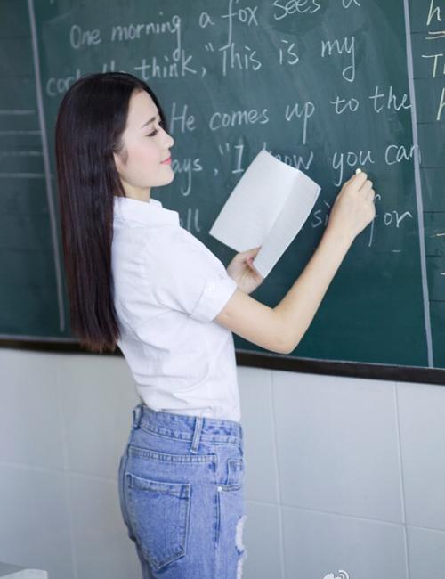 Đường Đinh Đinh quê ở Giang Tô, tốt nghiệp ĐH Sư phạm An Khánh, tỉnh An Huy.   Cô giáo 9x trở thành giáo viên do ảnh hưởng từ ông nội cũng là nhà giáo.