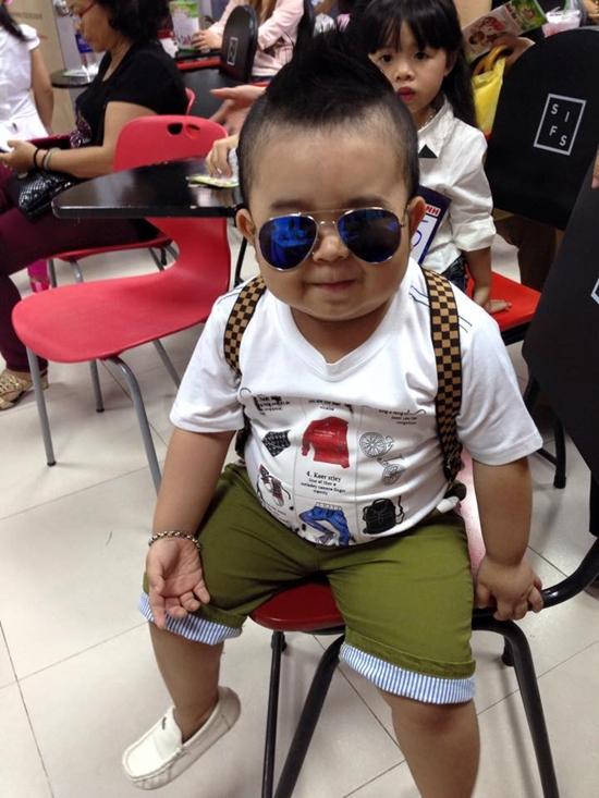 Style ăn mặc của Ku Tin cũng rất đa dạng, khi ở nhà, cậu bé thường mặc đồ đơn giản, khỏe mạnh, nhưng ra đường, Tin thường có