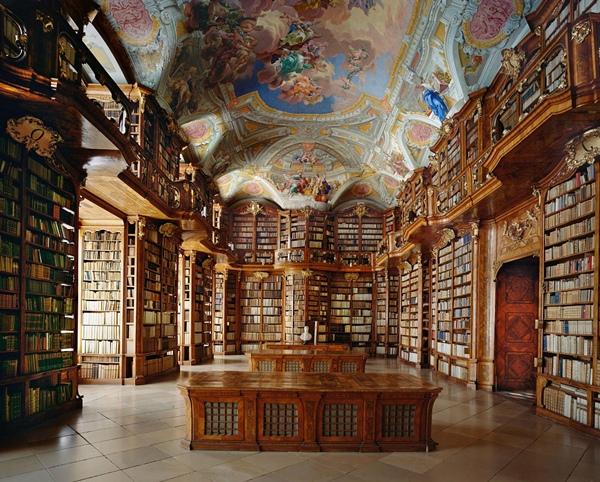 Khu vực hành lang rộng lớn và không gian bao vây bởi những cuốn sách quý hiếm