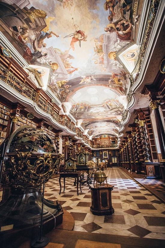 Thư viện này mở cửa lần đầu vào năm 1722 như một phần của Đại học Jesuit. 20.000 là số lượng sách khổng lồ đang được lưu trữ tại đây.