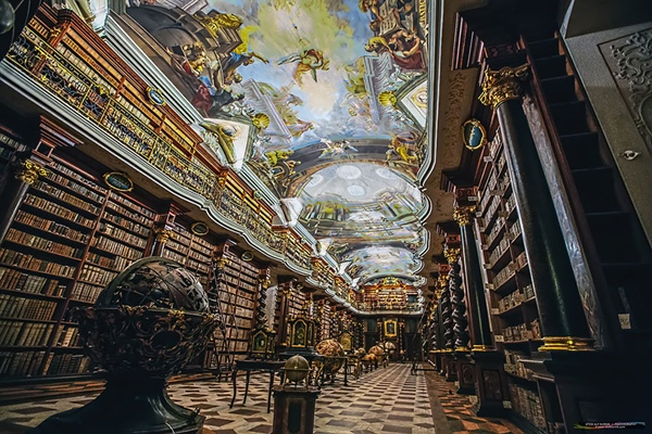 t khoảng sân rộng rãi và bờ tường phủ dây thường xuân là nơi hoàn hảo để đắm mình trong một cuốn sách trong khoảng một hay hai giờ.