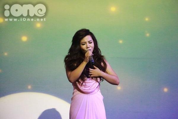 Phượng Vũ thể hiện ca khúc mới trên sân khấu với nhiều cảm xúc. Cô nàng chia sẻ câu chuyện trong bài hát rất giống với câu chuyện đời thực của bản thân nên đã đồng cảm ngay từ lần nghe đầu tiên.
