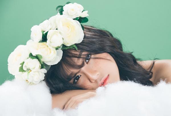 Qua MV, Với MV Mùa cô đơn, Hoàng Yến Chibi thể hiện mạnh khả năng diễn xuất của mình khi vào vai một cô gái không thể nào quên được mối tình đầu của mình. Từng nét mặt và ánh mắt được Hoàng Yến thể hiện khá đạt cùng ca từ đầy da diết khiến trái tim của khán giả thổn thức khi xem MV.