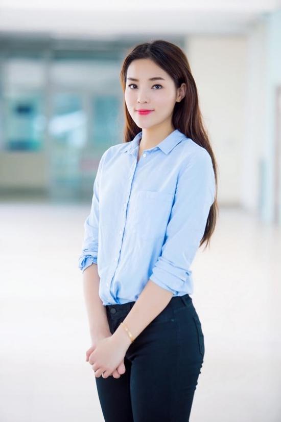 Kỳ Duyên làm cô sinh viên ngoan hiền với áo sơ mi và quần jean đơn giản.