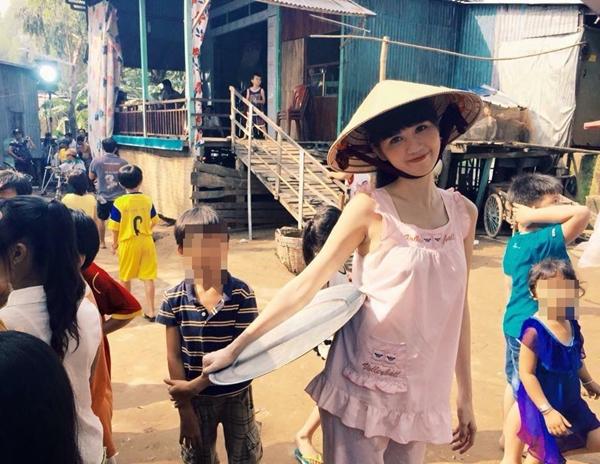 Ngọc Trinh tiếp tục hé lộ với fan hình ảnh đóng gái quê trong bộ trang phục đơn giản, đội nón lá sau hình ảnh