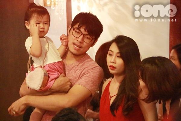 Theo sát Gào trong sự kiện ra mắt sách tại TP HCM còn có chồng và con gái. Chồng của nữ nhà văn hỗ trợ chăm sóc con để Gào