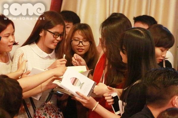 Vì lý do sức khỏe nên Gào không thể ở lại đến cuối để ký tặng sách cho fan nên hẹn vào một dịp gần nhất. Cô nàng cùng chồng khá vất vả trên đường ra cửa về vì bị fan chặn xin chữ ký tận nơi.