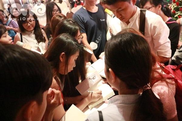 Khi ra đến cửa Gào tiếp tục bị fan vây quanh đòi chữ ký.