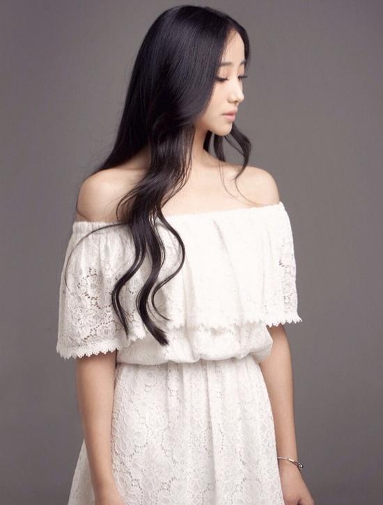 Hứa Mộng Viên sinh tại  Thâm Quyến, Quảng Đông, Trung Quốc. Không chỉ được xem là hoa khôi ngôi trường mình học, cô bạn còn được đánh giá là nữ sinh sở hữu vẻ đẹp
