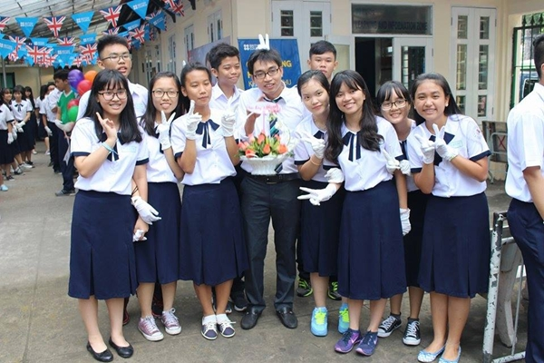 Teen THPT Lê Quý Đôn cũng có kiểu chân váy xanh đen ngang đầu gối