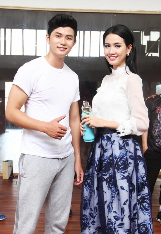 Mới đây, Tranh thủ những giờ rảnh rỗi, cô gái gốc Tiền Giang đã đến phòng tập vũ đạo của nam ca sĩ chân dài Ray Võ để tầm sư học đạo.
