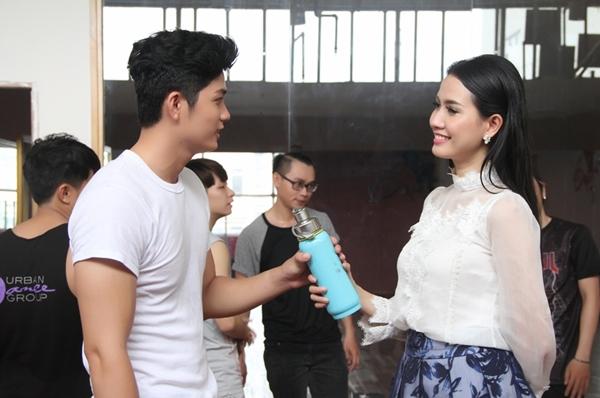 Cô gái tiền Giang diện chiếc áo sơ mi cviwú