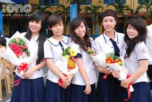 Đây là bộ đồng phục của các bạn nữ trường THPT Trần Khai Nguyên. Chiếc cổ áo của các bạn ấy khá giống với teen Mạc Đĩnh Chi Nhỉ.