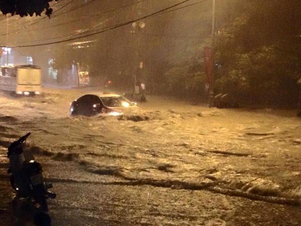Sau trận mưa từ 20h tối qua 21/9, nhiều đường phố ở Hà Nội đã ngập trong biển nước.