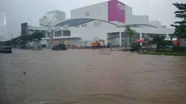 Ở đường đường Cổ Linh, Long Biên, nước ngập mênh mông như sông, nhiều xe ô tô buộc phải thả trôi vì không thể đi tiếp.