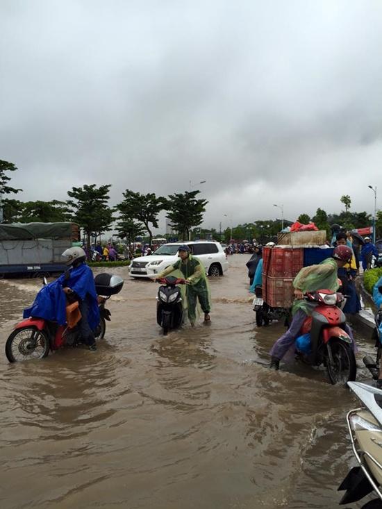 Nước lụt khiến xe kẹt thành hàng dài