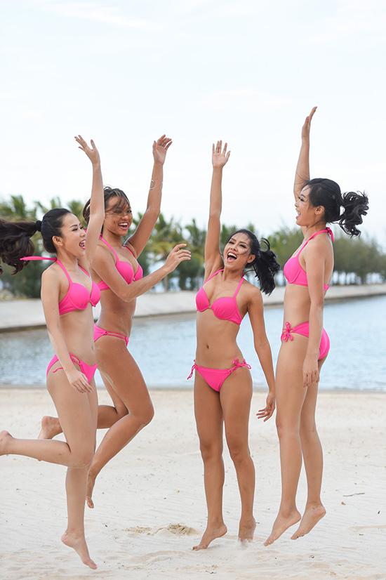 Hình ảnh các người đẹp trong bộ bikini màu hồng khoe vòng eo thon gọn và săn chắc tập luyện