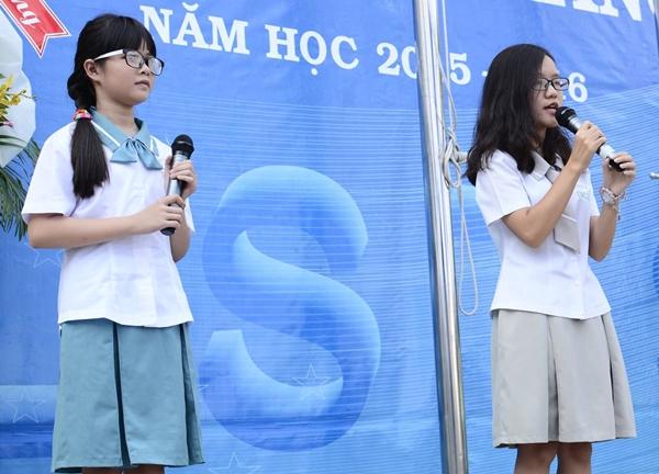 Nếu như các em ở bậc THCS có váy màu xanh da trời thì các chị bậc THPT ở trường Đinh Thiện Lý lại có màu xám