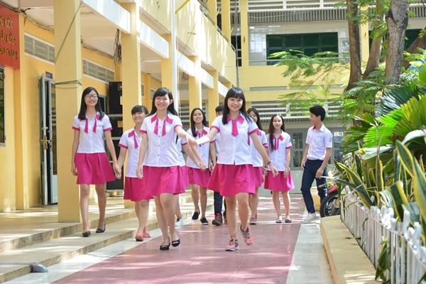 Đồng phục mới của teen girl THPT Nguyễn Trung Trực thật sự nổi bật với màu hồng cự kỳ ngọt ngào.