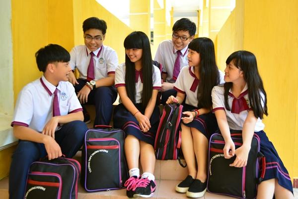 Đồng phục mới của các bạn gái trường THPT Trưng Vương là chân váy đen có viền đỏ