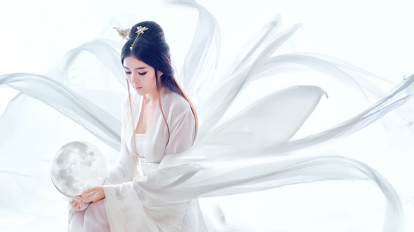 Diện váy trắng