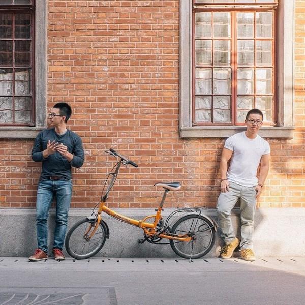 Trên mạng xã hội Thái Lan, không ít bạn trẻ tỏ ra ngỡ ngàng vì ngoại hình giống nhau như đúc của đôi đồng tính này.