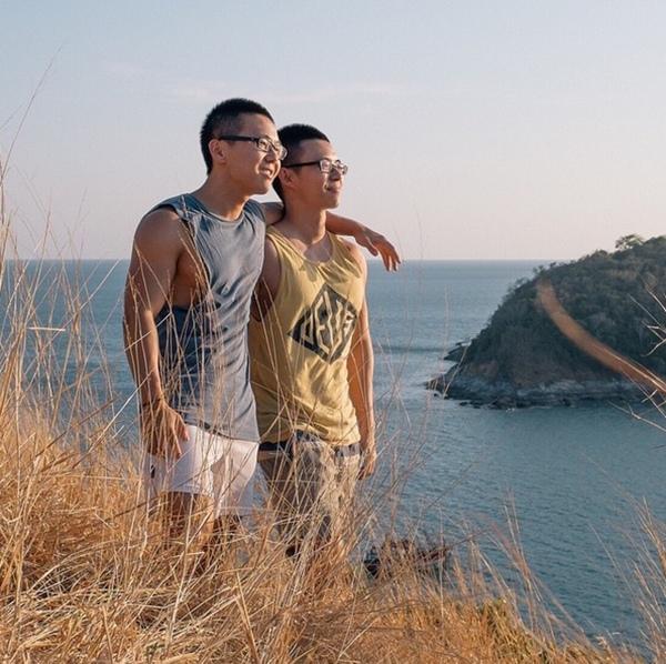 Chuyến đi chỉ có hai người và họ thường ghi lại khoảnh khắc lãng mạn nhờ thiết bị tripod và chế độ chụp ảnh hẹn giờ.