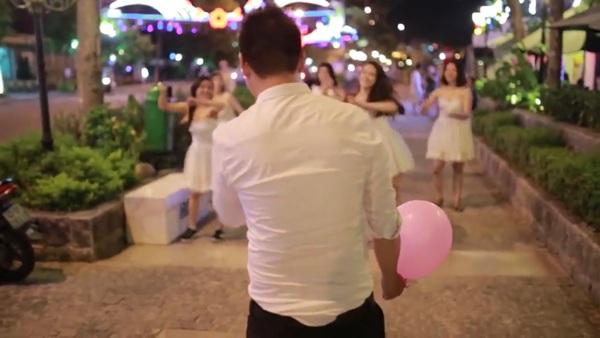 Chú rể bất ngờ trước màn cầu hôn bằng flashmob của bạn gái.