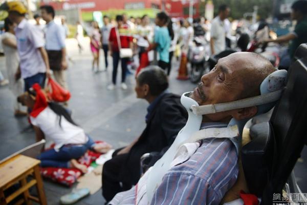 Cha của Hách Đông Đông là Hách Tân Lợi, 54 tuổi, quê ở Thạch Gia Trang, vốn   làm ruộng mưu sinh nhưng không may mắc bệnh viêm cột sống dính khớp, không   thể lao động nặng được nữa. Sau đó, ông Hách lại bị người ta đẩy ngã làm gãy cột   sống và tổn thương cổ, toàn thân trên bị liệt. Gia đình phải vét hết tiền chữa trị cho   ông.