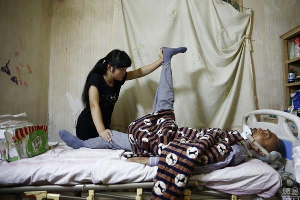 Mỗi ngày Đông Đông đều giúp cha co duỗi chân 400 lần. Khả năng hồi phục của   ông Hách gần như không có do đã lỡ mất nhiều liệu trình phục hồi, chi phí cũng quá   cao gia đình không đảm đương nổi.