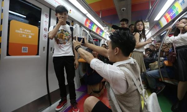 Loạt ảnh ghi lại một màn cầu hôn diễn ra trên tàu điện ngầm ở Trung Quốc đang gây xôn xao giới trẻ nước này. Chủ nhân