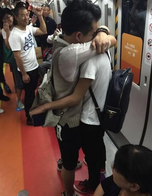 Những hành khách trên tàu điện ngầm đã ngỡ ngàng khi một trong hai cậu bạn này bất ngờ quỳ xuống, đưa hộp nhẫn ra, nói lời cầu hôn