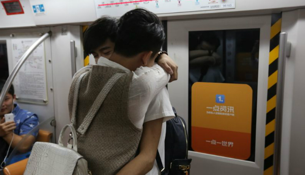 Nhiều người khen ngợi, hẳn chàng trai cầu hôn đã phải rất dũng cảm mới có thể quỳ gối nơi đông người và thể hiện tình cảm với người mình yêu.