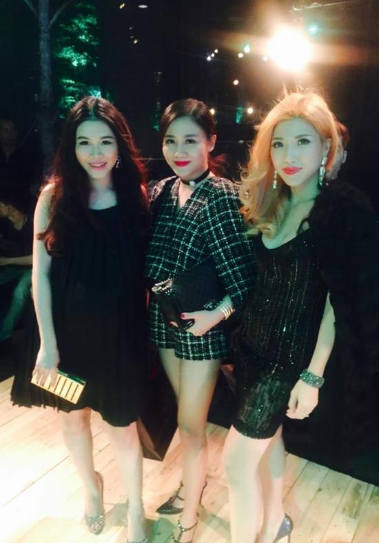 Trang Pháp - Văn Mai Hương ăn mặc sành điệu rủ nhau đi xem show thời trang.