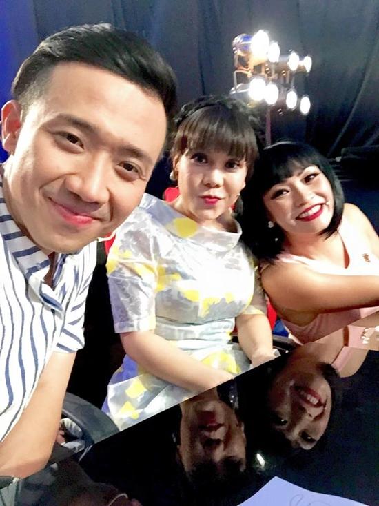 Trấn Thành - Việt Hương - Phương Thanh tranh thủ selfie tại hậu trường một chương trình cả 3 cùng tham gia.