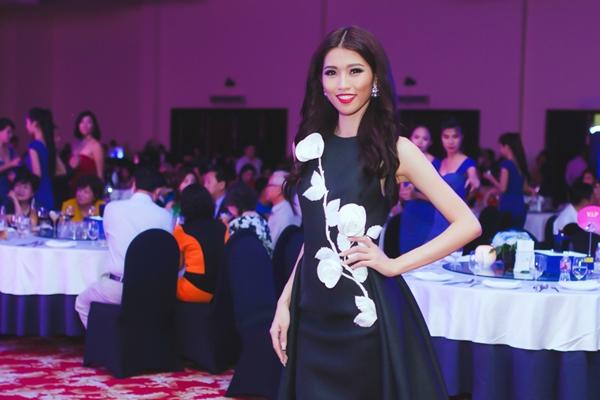 Trước đó, Quỳnh Châu dự dạ tiệc cùng khách VIP, đồng thời tham gia đấu giá từ thiện. Người đẹp đầy sang trọng quý phái trong một thiết kế Lavie en rose của Đỗ Mạnh Cường.