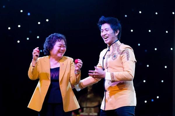 Nguyên phó chủ tịch nước Trương Mỹ Hoa tham gia làm khách mời trong một tiết mục của thầy giáo đam mê ảo thuật Nguyễn Phương